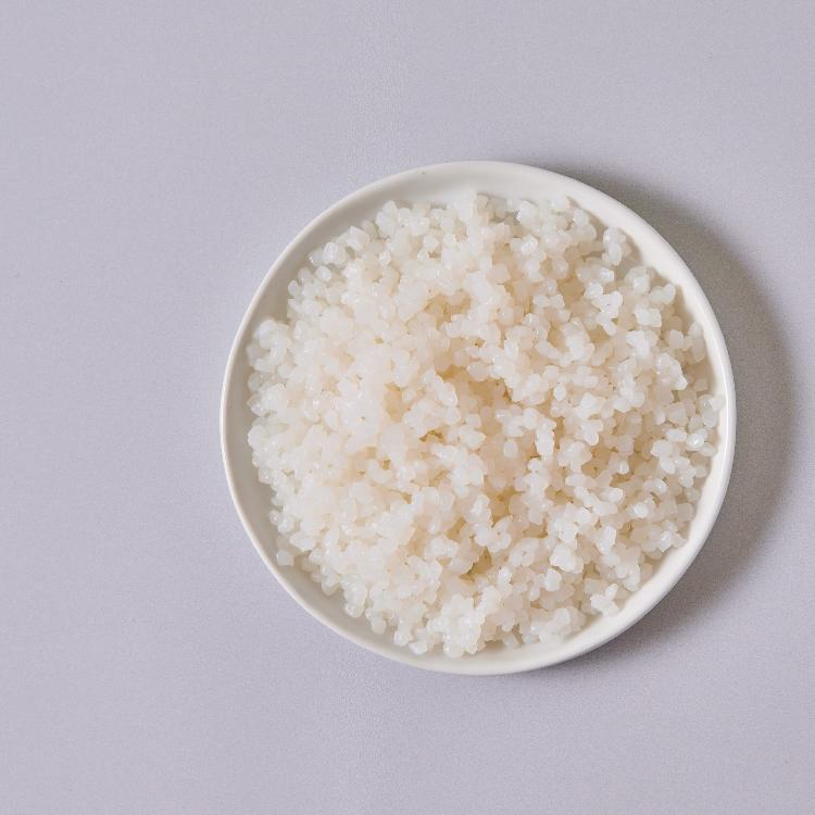 LadyWan旺小姐 料理蒟蒻 Q 米3入   一份150克只有9.6大卡不含澱粉、不含脂肪、碳水極低。熱量比沙拉低,低GI,高飽足超有感替代精緻澱粉,有效降低一餐熱量。減醣減脂好簡單只需3分鐘,低卡蒟蒻熱量調控餐輕鬆上桌拆封倒掉鹼水,將蒟蒻熱水川燙60秒,加入美味醬包即刻享用蒟蒻大量的水溶性膳食纖維可以降低膽固醇及血脂肪,還可以改善便秘且水溶性膳食纖維不易被人體吸收,可以進一步延長飽足感